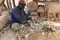 MALI, Kayes, Sadiola, artisanl gold mining, stone crashing / Klein-Goldbergbau, Steineklopfer
