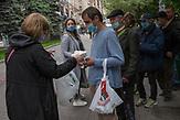 Obdachlose bekommen Essensbeutel von Mitarbeitern von Sant'Egidio auf dem Maidan. / Homeless people receive food bags from employees of Sant'Egidio on the Maidan.<br /><br /> Obdachlose in Kiew während der Corona Krise. Es gibt nach inofiziellen Schätzungen bis zu 20000 Obdachlose in der ukrainischen Hauptstadt. Viel stattliche Hilfe gibt es nicht, aber kleine Organisationen versuchen das nötigste zu organisieren. / Homeless in Kiev during the Corona crisis. According to unofficial estimates, there are up to 20000 homeless people in the Ukrainian capital. There is not much help, but small organizations try to organize the most necessary.