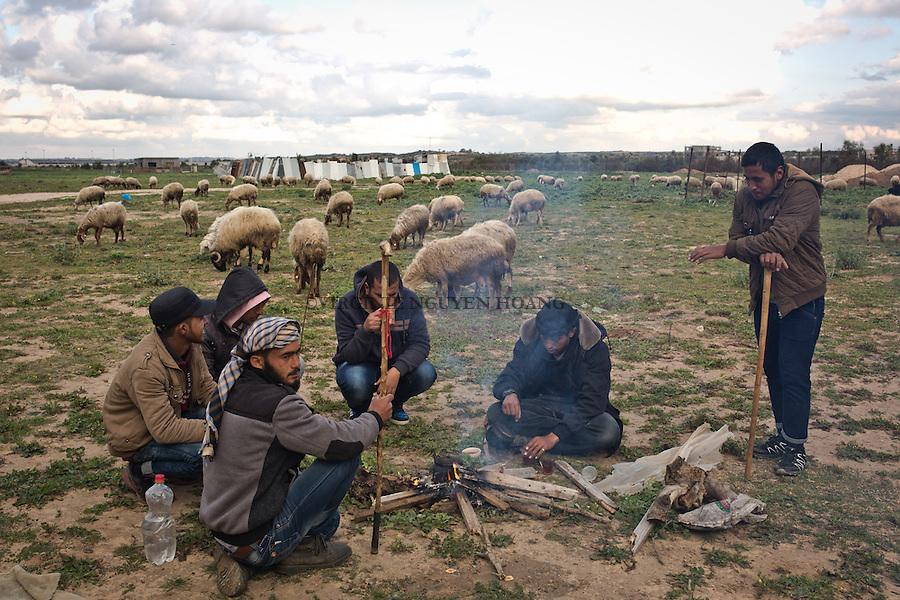 GAZA,Erez: Hassan and his friends are sharing tea during a break in the afternoon. They belong to the bedouin community of Gaza that arrive after 1948 from the Neguev. <br /> <br /> GAZA, Erez: Hassan et ses amis prennent le the lors de la pause de l'apr&egrave;s-midi. Ils font partie de la communaut&eacute; bedouine de Gaza qui est arriv&eacute; apr&egrave;s 1948 du N&eacute;guev.
