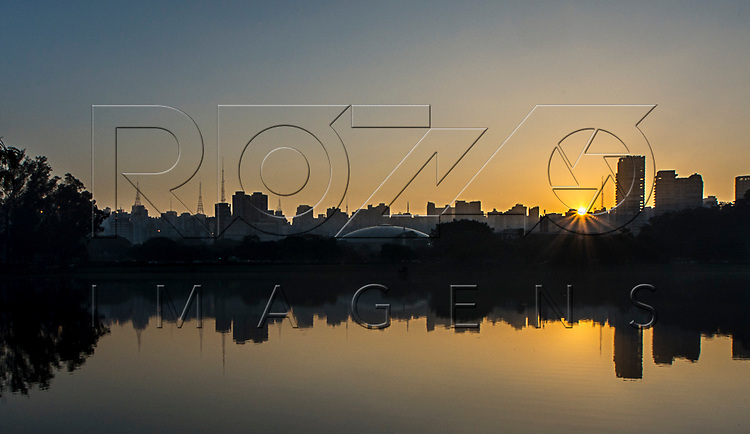 Amanhecer em São Paulo a partir do lago do Parque do Ibirapuera, São Paulo - SP, 06/2016.