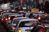 SAO PAULO, 03 DE AGOSTO DE 2012 - TRANSITO SP - Transito na Avenida Vergueiro sentido bairro, altura do Paraiso, no fim da tarde desta sexta segunda, regiao central da capital. FOTO: ALEXANDRE MOREIRA - BRAZIL PHOTO PRESS