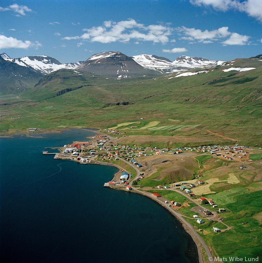 Reyðarfjörður (Búðareyri) séð til vesturs, bylin Teigagerði og Klöpp fremst. Fjarðabyggð áður Reyðarfjörður/ Reydarfjordur (Budareyri) viewing west,Farms: Teigagerdi and Klopp in foreground. Fjardabyggd former Reydarfjardarhreppur.