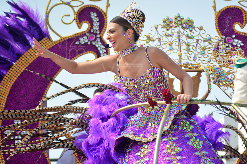 BARRANQUILLA - COLOMBIA, 02-03-2019: Carolina Segebre, reina del Carnaval, anima al público durante el desfile Batalla de Flores del Carnaval de Barranquilla 2019, patrimonio inmaterial de la humanidad, que se lleva a cabo entre el 2 y el 5 de marzo de 2019 en la ciudad de Barranquilla. / Carolina Segebre, Carnival Queen, waves the hand to welcome to the public during the Batalla de las Flores as part of the Barranquilla Carnival 2019, intangible heritage of mankind, that be held between March 2 to 5, 2019, at Barranquilla city. Photo: VizzorImage / Alfonso Cervantes / Cont.
