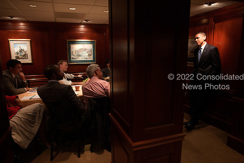 Washington, DC - May 28, 2009 -- United States President Barack Obama chats with journalists  in a dining room located in the in the White House Navy Mess, May 21, 2009. .Mandatory Credit: Pete Souza - White House via CNP