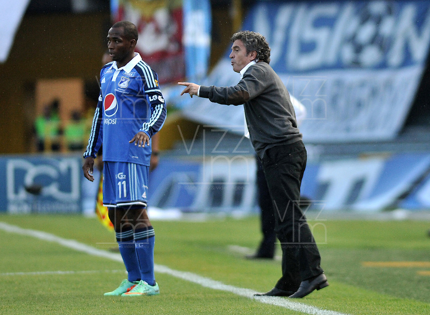 BOGOTA - COLOMBIA -11 – 05 - 2014: Juan Manuel Lillo, técnico de Millonarios da instrucciones a Dahwlin Lewdo jugador, durante partido Millonarios y Atletico Junior de vuelta por las semifinales de la Liga Postobon I 2014, jugado en el estadio Nemesio Camacho El Campin de la ciudad de Bogota.  / Juan Manuel Lillo, coach of Millonarios gives instructions to Dahwlin Lewdo player player, during a match Millonarios and Atletico Junior for the second leg of the Liga Postobon I 2014 at the Nemesio Camacho El Campin Stadium in Bogoto city. Photo: Luis Ramirez / Staff