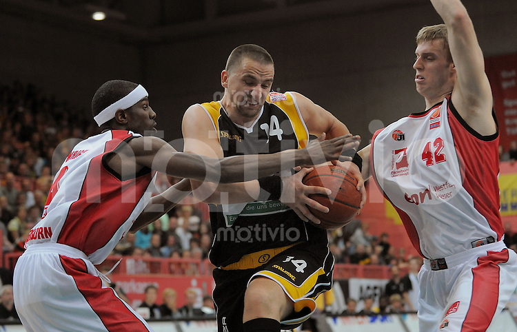 Basketball 1. Bundesliga  2008/2008   20.09.2008 Walter Tigers Tuebingen  -  Paderborn Baskets Rasko Katic (Mitte, WT) gegen Steven Wright (li, Baskets) und Matt Terwilliger (re, Baskets)