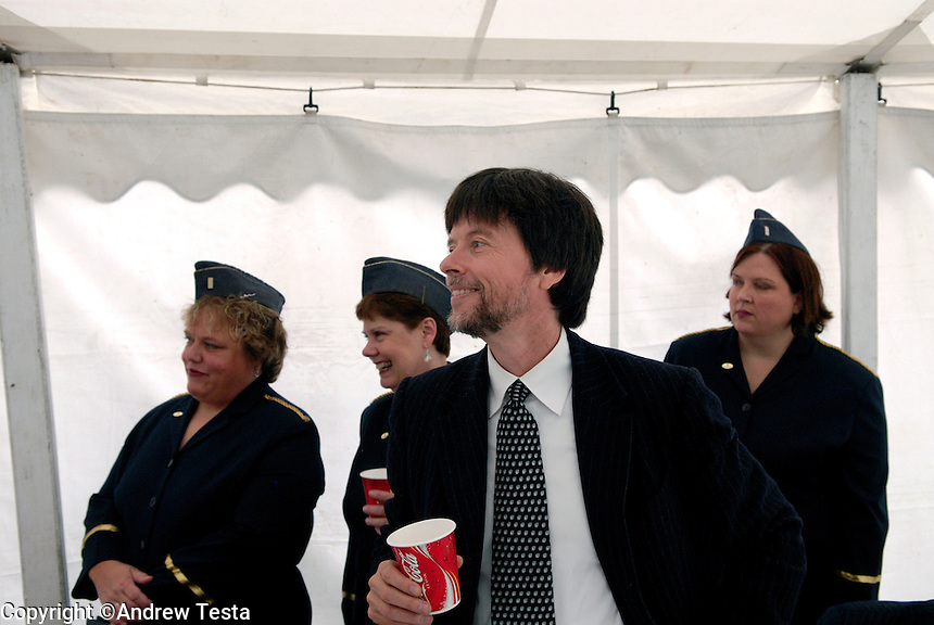 USA. Luverne.  6th September 2007.Ken Burns with Luverne's version of the Andrew's Sisters at a picnic at the Minnesota war veterans home in Luverne..©Andrew Testa/Panos for Newsweek
