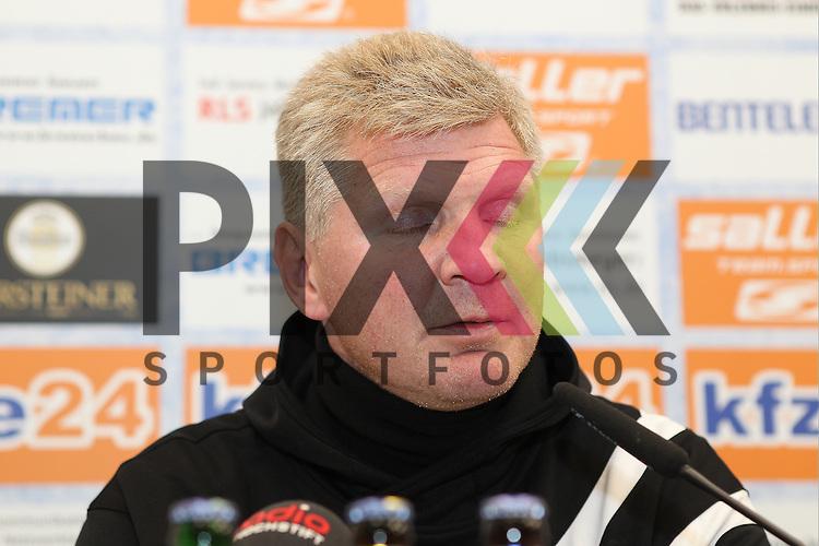 Paderborns Trainer Stefan Effenberg  bei der Pressekonferenz nach dem Spiel in der 2. Bundesliga SC Paderborn - 1. FC Kaiserslautern.<br /> <br /> Foto &copy; PIX-Sportfotos *** Foto ist honorarpflichtig! *** Auf Anfrage in hoeherer Qualitaet/Aufloesung. Belegexemplar erbeten. Veroeffentlichung ausschliesslich fuer journalistisch-publizistische Zwecke. For editorial use only.