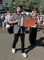 SPAKENBURG -  Elk jaar vinden in de zomer de Spakenburgse Dagen plaats. Vier woensdagen met folkloristische activiteiten .In de  Optocht  lopen mensen mee in diverse kjlederdrachten uit Nederland. Voorop loopt een man met accordeon in  klederdacht uit Spakenburg
