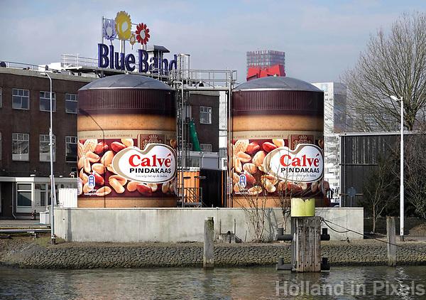 Nederland Rotterdam - 26 maart 2018. Twee grote potten Calve pindakaas bij de Unilever fabriek. Foto Berlinda van Dam / Hollandse Hoogte