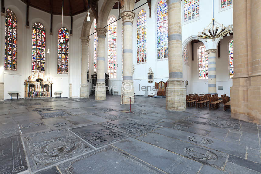 Pays-Bas, Delft, la Vieille Église ou Oude Kerk, tombes et pierres tombales à même le sol de l'église les vitraux par Joep Nicolas, 1972 // Netherlands, Delft, the Old Church or Oude Kerk, graves and gravestones on the floor of the church, stained glasses by Joep Nicolas, on 1972