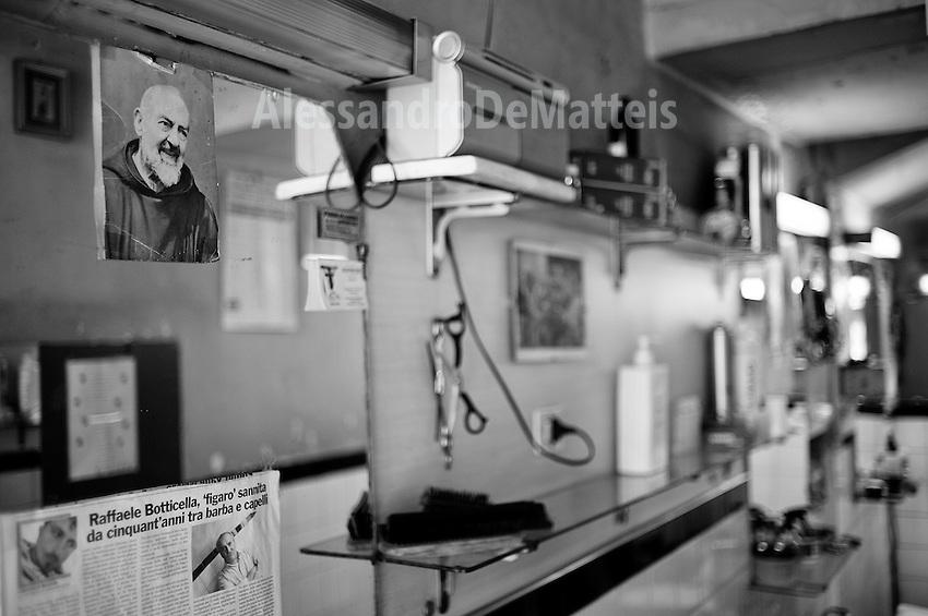 """Benevento - Bottega del barbiere Raffaele Botticella, """"figaro"""" da cinquant'anni in Benevento - particolare dell'attrezzatura utilizzata."""