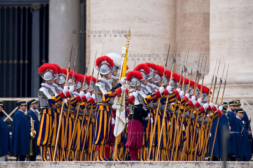 Città del Vaticano, 25 Dicembre, 2014. Le Guardie Svizzere lasciano Piazza San Pietro dopo la celebrazione dell' Urbi et Orbi di Papa Francesco. Swiss Guards leave St. Peter Square at the end of Pope Francis' Christmas Day message from the central balcony of St Peter's Basilica