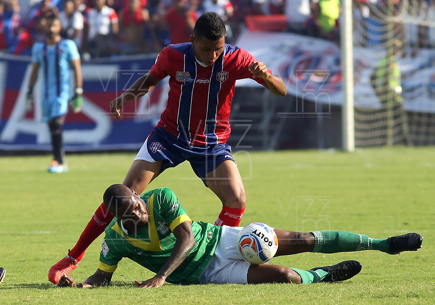 SANTA MARTA- COLOMBIA, 12-11-2018: Acción de juego entre los equipos  Unión Magdalena y Deportes Quindio  durante partido por fecha 5 de los cuadrangulares finales  del Torneo Águila 2018 jugado en el estadio Sierra Nevada de la ciudad de Santa Marta. / Actiongame between  Union Magdalena  and Deportes Quindio  during the match for the date 5 of the Torneo  Aguila  2018 played at the Sierra Nevada Stadium in Santa Marta  city. Photo: VizzorImage / Alfonso Cervantes / Contribuidor
