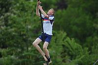 FIERLJEPPEN: WINSUM: 08-06-2013, Junioren A 1e klasse, Sytse Bokma (#130), ©foto Martin de Jong
