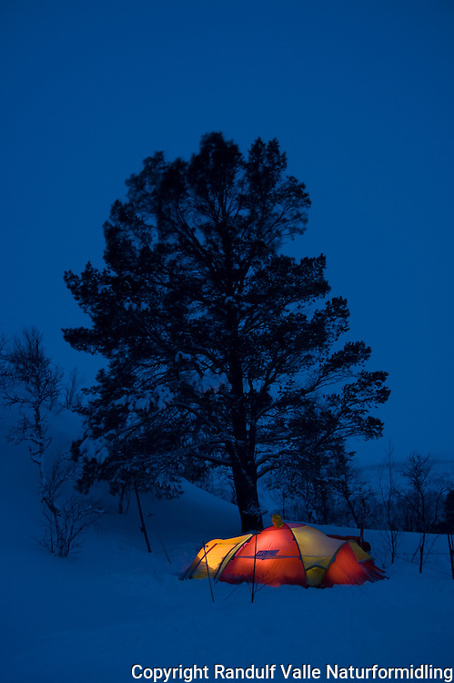 Lysende telt i blåtimen ---- Tent in winter evening