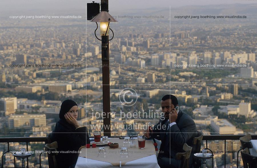 SYRIA, Damascus, couple in restaurant on mountain Dschabal Qasyun, view to Damascus city / SYRIEN Damaskus, Paar in Restaurant auf dem Berg Dschabal Qasyun, Blick auf die Stadt