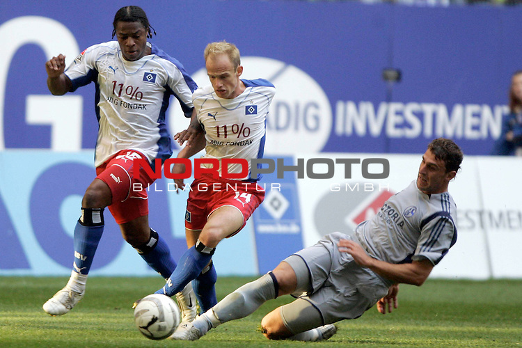 BL 05 / 06- 11. Spieltag - Hinrunde<br /> <br /> Hamburger SV - FC Schalke 04<br /> <br /> David Jarolim und Emile Mpenza kaempen mit dem Schalker Marcelo Jose Bordon um den Ball.<br /> <br /> Foto &copy; nordphoto <br /> <br /> <br /> <br />  *** Local Caption *** Foto ist honorarpflichtig! zzgl. gesetzl. MwSt.<br /> <br />  Belegexemplar erforderlich