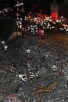 GUARULHOS, SP, 02.12.2013 - DESABAMENTO / OBRA / GUARULHOS - Um prédio de cinco andares em construção desabou na noite desta segunda-feira, 02, na Avenida Presidente Humberto Castelo Branco, altura do número 1.900, em Guarulhos, na Grande São Paulo. O acidente ocorreu por volta das 19h20 e, até as 20h45, não havia informações sobre vítimas. (Foto: Geovani Velesquez / Brazil Photo Press).