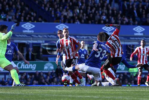 16.04.2016. Goodison Park, Everton, England. Barclays Premier League. Everton versus Southampton. Sadio Mané of Southampton beats Joel Robles, Everton goalkeeper at close range to make the score 1-1.