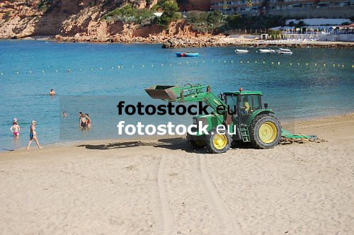 cleaning the beach<br /> limpiando la playa<br /> Strandreinigung<br /> <br /> Playa El Toro, Calvi&agrave;<br /> <br /> Original: 3008 x 2000 px<br /> 150 dpi: 50,94 x 33,87 cm<br /> 300 dpi: 25,47 x 16,93 cm