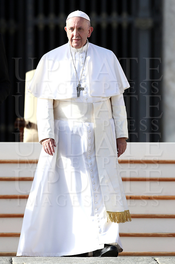 Papa Francesco lascia Piazza San Pietro al termine dell'udienza generale del mercoledi'. Citta' del Vaticano, 21 novembre 2018.<br /> Pope Francis leaves at the end of his weekly general audience in St. Peter's Square at the Vatican, on Novembre 21, 2018.<br /> UPDATE IMAGES PRESS/Isabella Bonotto<br /> <br /> STRICTLY ONLY FOR EDITORIAL USE