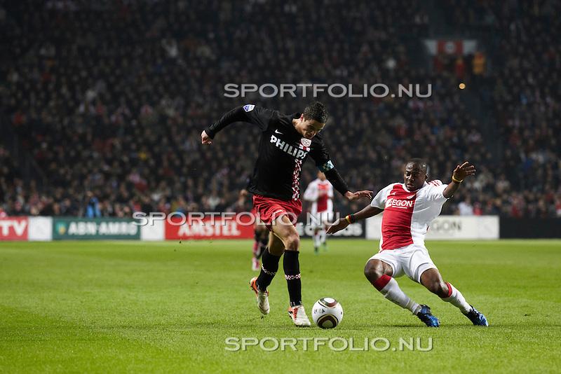 Nederland, Amsterdam, 20 november 2010 .Eredivisie .Seizoen 2010-2011 .Ajax-PSV (0-0) .Ibrahim Afellay (l) van PSV en Eyong Enoh van Ajax strijden om de bal