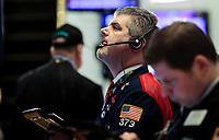 JLX05 - NUEVA YORK (EE.UU.), 16/1/2018.- Corredores de bolsa observan pantallas con información hoy, martes 16 de enero de 2018, en la Bolsa de Valores de Nueva York, en Nueva York (EE.UU.). Wall Street cerró hoy a la baja y el Dow Jones de Industriales, su principal indicador, cedió un 0,04 % tras borrar las ganancias acumuladas durante la jornada, en la que llegó a cruzar por primera vez el umbral de los 26.000 puntos. EFE / JUSTIN LANE