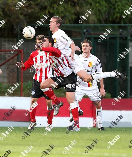 2009-11-22 / Voetbal / seizoen 2009-2010 / TSV Lyra - KFC Duffel / Johan Darcon (Duffel) springt in de rug van Halil Krasniqi..foto: mpics