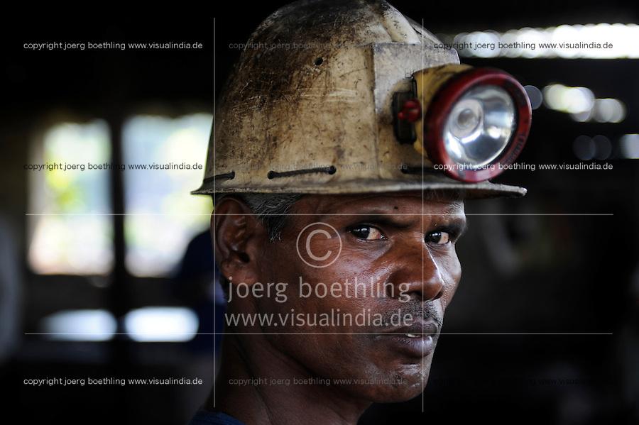 INDIA Dhanbad, underground coal mining of BCCL Ltd a company of COAL INDIA / INDIEN Dhanbad , Untertagekohlebergwerk von BCCL Ltd. ein Tochterunternehmen von Coal India, Bergarbeiter