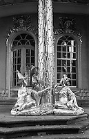 Potsdam, parco di Sanssouci. Figure cinesi dorate della casa cinese --- Potsdam, Sanssouci Park. Gilded Chinese figures of the Chinese House