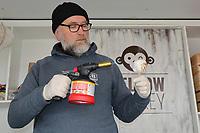 Geschäftsführer Robert Ackermann von Mellow Monkey bereitet einen seiner Marshmallows mit Eiskern zu - Darmstadt 22.04.2017: 3. Street Food Festival