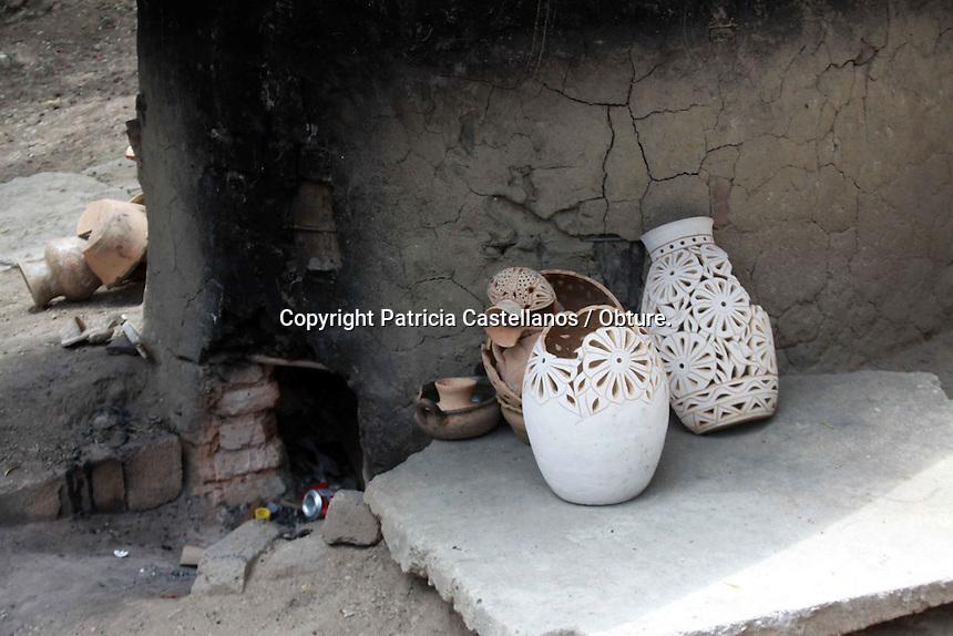 Oaxaca de Ju&aacute;rez. 07 de Agosto de 2014.- Este mi&eacute;rcoles, representantes del Instituto Oaxaque&ntilde;o de la Artesan&iacute;as (IOA) y de la Secretaria de Turismo y Desarrollo Econ&oacute;mico (STyDE), hicieron la &ldquo;Entrega oficial de hornos de alta temperatura de gas LP&rdquo; a artesanos de Santa Mar&iacute;a Atzompa, resultado de la gesti&oacute;n del gobierno del estado con el Fondo Nacional para el Fomento de las Artesan&iacute;as (Fonart) a beneficio de este sector.<br /> <br />  <br /> <br /> En este contexto, la artesana Nicolasa Zarate Blanco, beneficiada por los programas de apoyo a la producci&oacute;n, capacitaci&oacute;n integral y asistencia t&eacute;cnica del Fonart, agradeci&oacute; a todos los involucrados en la donaci&oacute;n de estos hornos, ya que inform&oacute; que ser&aacute;n 10 familias las beneficiadas con 4 hornos, lo cual permitir&aacute; que quienes se sustentan de este oficio, puedan hacerlo sin perjudicar su salud.<br /> <br />  <br /> <br /> Es un apoyo muy grande para nosotros, porque ya no estamos perjudicando nuestra salud, ya no estaremos trabajando a fuego directo perjudic&aacute;ndonos la vista y a nuestro cuerpo, y tendremos una artesan&iacute;as de mejor calidad, espero que aprovechemos estos aparatos y no los echemos en saco roto, porque es un dinero que en lo personal nunca podr&iacute;a reunir para tener estos hornos, indic&oacute;.<br /> <br />  <br /> <br /> Por su parte, Gloria Guadalupe Mart&iacute;nez L&oacute;pez directora del IOA, manifest&oacute; que este apoyo otorgado a los artesanos de Santa Mar&iacute;a Atzompa es de gran trascendencia  porque desde hace algunos a&ntilde;os atr&aacute;s la dependencia que representa, ha venido trabajando en conjunto con el Fonart y la Secretar&iacute;a de Salud de Oaxaca con la intenci&oacute;n de que las personas que ejercen este oficio puedan ejecutarlo sin perjudicar su salud y la de los dem&aacute;s con la elaboraci&oacute;n de su producto.<br /> <br />  <