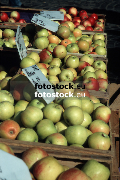 fresh apples displayed at the farmer's market<br /> <br /> manzanas frescas en el mercado<br /> <br /> frische &Auml;pfel auf dem Wochenmarkt<br /> <br /> Original: 35 mm slide transparency