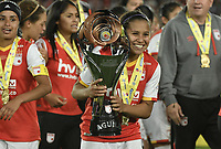 BOGOTÁ -COLOMBIA, 24-06-2017: Leicy Santos jugadora de Santa Fe celebra con el trofeo como campeona de la Liga Femenina Aguila 2017 después del partido de vuelta entre Independiente Santa Fe y Atletico Huila por la final de la Liga Femenina Aguila 2017 jugado en el estadio Nemesio Camacho El Campin de la ciudad de Bogota. / Leicy Santos player of Santa Fe celebrates with the trophy as champions of the Aguila Women League 2017 after second leg match between Independiente Santa Fe and Atletico Huila for the final of Aguila Women League 2017 played at the Nemesio Camacho El Campin Stadium in Bogota city. Photo: VizzorImage/ Gabriel Aponte / Staff