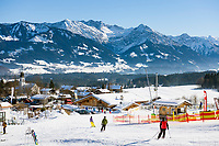 Deutschland, Bayern, Oberallgaeu, Ofterschwang: Skipiste Weltcup-Express vor den Allgaeuer Alpen im Winter | Germany, Bavaria, Upper Allgaeu, Ofterschwang: Worlcup-Express ski run and Allgaeu Alps