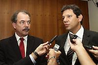 SAO PAULO, SP, 17 JANEIRO 2013 - AGENDA FERNANDO HADDAD - O prefeito Haddad recebe em seu gabinete para reunião  na tarde dessa quinta-feira, o Ministro da Educação, Aloísio Mercadante, na sede da prefeitura, zona central da capital -  FOTO: LOLA OLIVEIRA - BRAZIL PHOTO PRESS