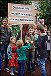 Nederland, Boxtel,  14-09-2013 - Protest tegen de plannen voor schaliegaswinning. Haagse politici kwamen vandaag op werkbezoek en bezochten de twee voorgenomen proefboor locaties . Protest against drilling plans for shale gas. FOTO: Gerard Til / Hollandse Hoogte