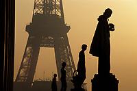 Europe/France/Ile-de-France/75007/Paris: La Tour Eiffel à l'aube depuis le Palais de Chaillot