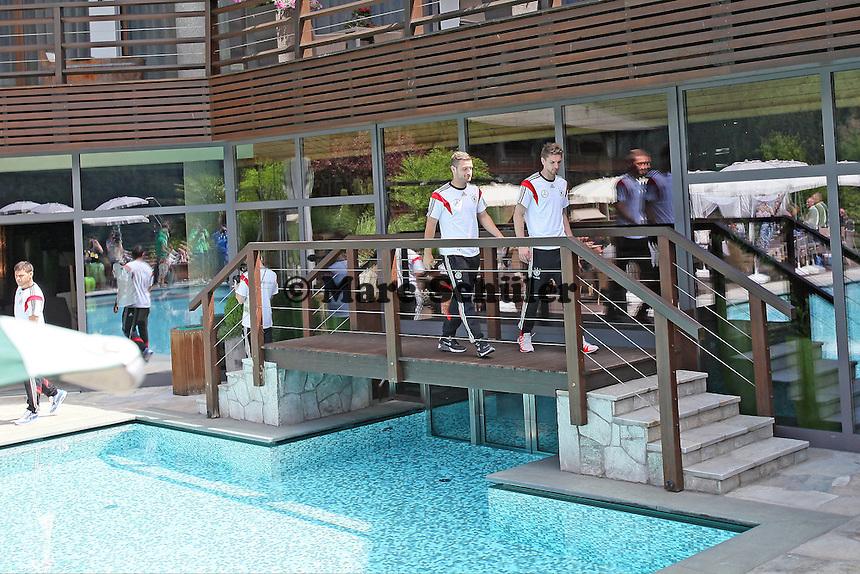 Skodran Mustafi und Ron-Robert Zieler am Poll des Andreus Golf-Hotels - Media Day der Deutschen Nationalmannschaft zur WM-Vorbereitung in St. Martin