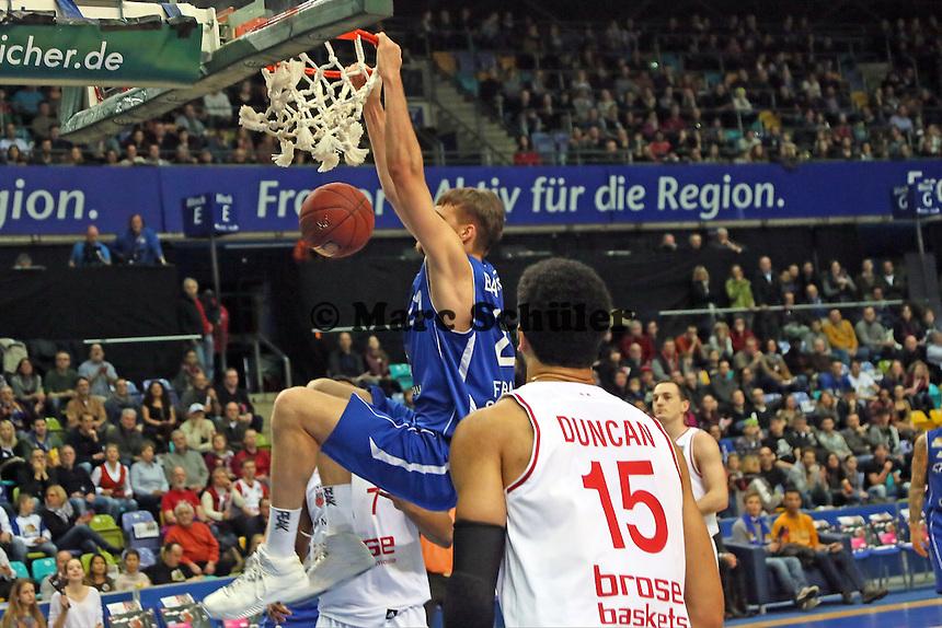 Dunking Danilo Barthel (Skyliners) gegen Josh Duncan (Bamberg) - Fraport Skyliners vs. Brose Baskets Bamberg, Fraport Arena Frankfurt