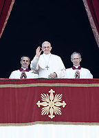 Papa Francesco saluta i fedeli prima di impartire la benedizione Urbi et Orbi in occasione del Natale, dalla loggia centrale della Basilica di San Pietro, Citta' del Vaticano, 25 dicembre 2017.<br /> Pope Francis waves faithful as he arrives to deliver the Urbi et Orbi (To the City and to the World) blessing on the occasion of the Christmas day from the central loggia of St. Peter's Basilica at the Vatican, 25 December 2017.<br /> UPDATE IMAGES PRESS/Isabella Bonotto<br /> <br /> <br /> STRICTLY ONLY FOR EDITORIAL USE