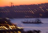 Europe/Turquie/Istanbul : Navigation à l'aube et le pont sur le Bosphore
