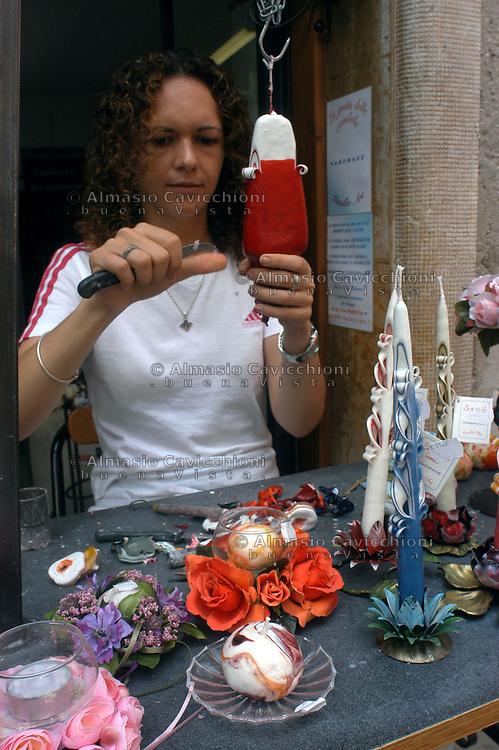 LAGO DI GARDA, Malcesine, artigianato produzione di candele artistiche .GARDA LAKE, Malcesine, craft, young girl creates  artistic candles