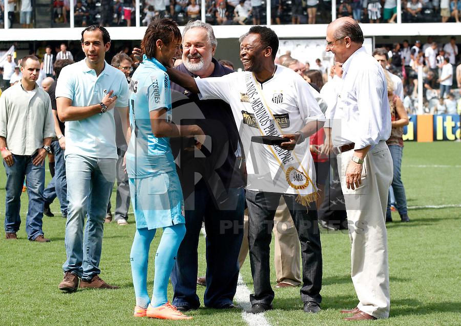 SANTOS,SP,14 ABRIL 2012 -  N&Oacute;S CONTRA O RAPA<br /> Neymar jogador do Santos e Pel&eacute;  durante partida festiva contra  crian&ccedil;as torcedoras na manh&atilde; de oje na Vila Belmiro em comemora&ccedil;&atilde;o ao centenario do clube. FOTO ALE VIANNA - BRAZIL FOTO PRESS.