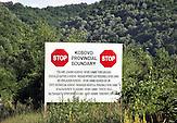 Die internationale Kosovo Force der Nato überwacht die Sicherheit im Kosovo nach. der 1999 beschloßenenn Resolution 1244 des Sicherheitsrates der Vereinten Nationen. Grenze im Süden des Kosovos. / The NATO-led Kosovo force entered the Kosovo in 1999. Southern Border of the Kosovo.