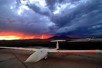 4415 / Blitz: AMERIKA, VEREINIGTE STAATEN VON AMERIKA, NEVADA,  (AMERICA, UNITED STATES OF AMERICA), 25.07.2006: Segelflugzeug auf dem Flugplatz Ely bei Gewitter, Blitz, Cumulunimbus, Gewitterwolke