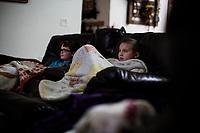 Ohio, Usa. Oktober 2016. Fin (10) og Liam (9) ser på tv etter leksene. Fotografier til dokument om valget i Usa og Appalachene. Foto: Christopher Olssøn