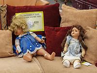 Puppe, Troc Gebrauchtwaren: 83, Rue Hollerich , Luxemburg-City, Luxemburg, Europa<br /> doll, Troc second hand shop: 83, Rue Hollerich , Luxembourg, Luxembourg City, Europe