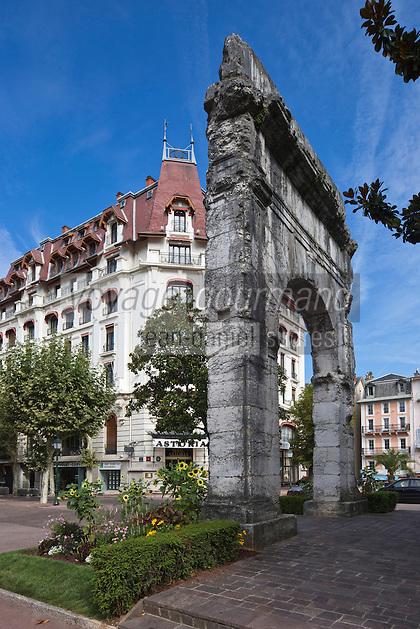 Europe/France/Rhône-Alpes/73/Savoie/Aix-les-Bains: Arc funéraire romain de Campanus et en fond Hôtel palace Astoria